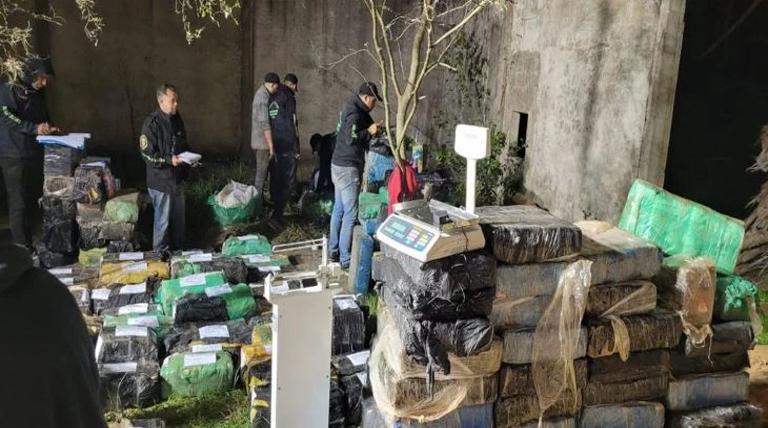 Secuestran más de 5 toneladas de marihuana en un camión que trasladaba maderas y hay 4 detenidos
